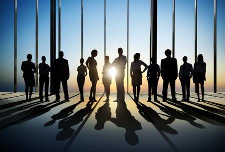 personas: Silueta de hombres de negocios en la puesta del sol Foto de archivo