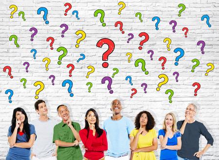 persona pensando: Grupo de Multiétnico Personas Casual Tener Preguntas Foto de archivo