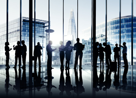ロンドンのオフィスのビジネス人々 のシルエット