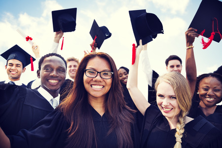 graduado: Grupo de Estudiantes Internacionales diversos que celebran la graduación