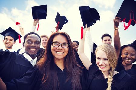 vysoká škola: Skupina rozmanitých mezinárodních studentů Oslava Graduation Reklamní fotografie