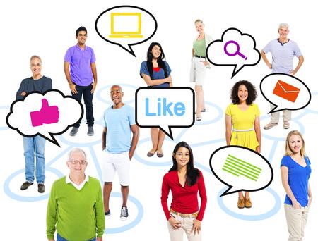 Groep van multi-etnische mensen van spraak bubbels Social Media Concept