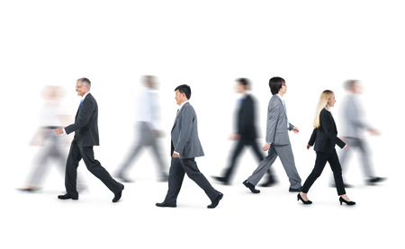 비즈니스 사람들의 그룹은 서로 다른 방향으로 걷기 스톡 콘텐츠