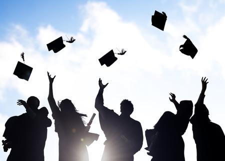 卒業を祝っている多様な外国人留学生のグループ