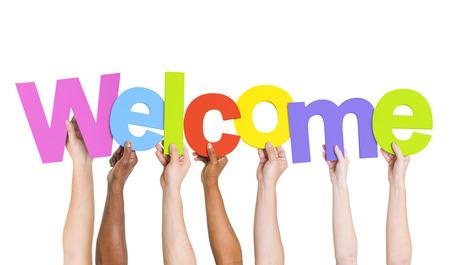 Multi-etnische groep van mensen die het woord welkom