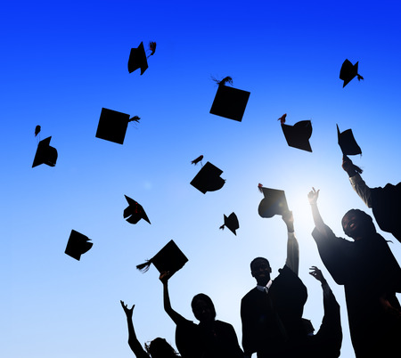 graduacion de universidad: Grupo de Estudiantes Internacionales diversos que celebran la graduación