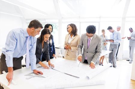 Groep van architecten werken aan een nieuw project