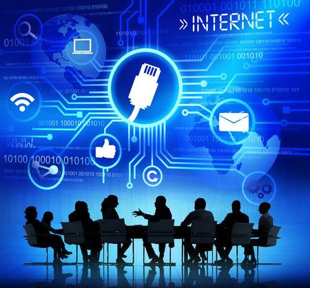 Groupe de gens d'affaires discutant de connectivité en ligne Banque d'images