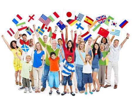 familias unidas: Gran grupo de personas diversas edades mixtas multiétnicas celebrando mientras mantiene banderas