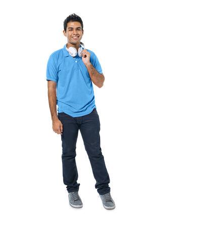 young man standing: Fiducioso giovane uomo in piedi e sorridente