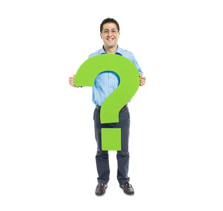 point d interrogation: Un homme occasionnel intelligent tenue d'une interrogation vert Banque d'images