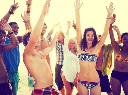 chicas bailando: Los adultos jóvenes que tienen fiesta en la playa en verano Foto de archivo