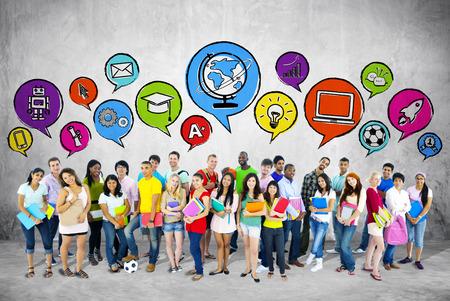 Grupo de estudiantes con las burbujas del discurso Foto de archivo