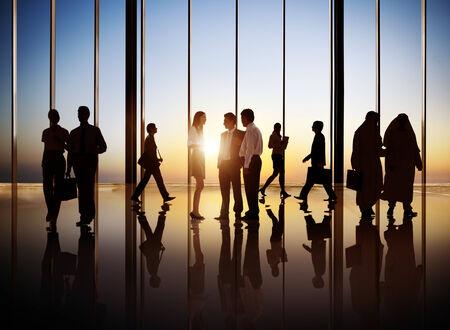 建物内部の忙しいビジネス人々 のグループ