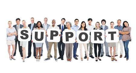 Multi-etnische groep van diverse personen Holding Letters die vorm ondersteunen