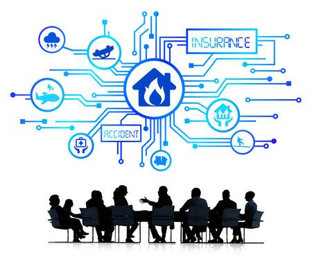 Groep van corporate mensen met een discussie over de verschillende soorten verzekeringen