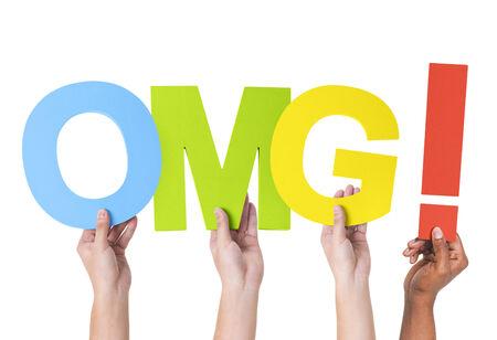 Multiethniques mains tenant OMG avec point d'exclamation