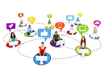 소셜 미디어 기호로 연결하는 다민족의 사람들 스톡 콘텐츠