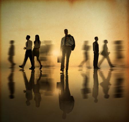 personnes qui marchent: Les gens d'affaires de marche en marche