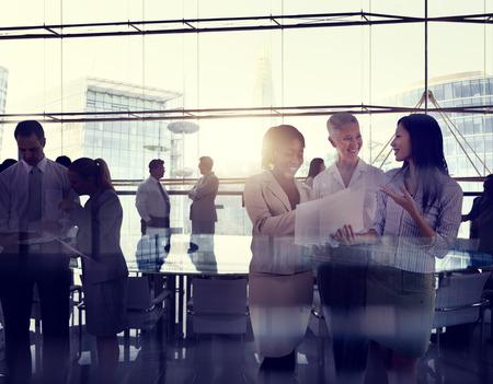 Silhouetten van multi-etnische groep van mensen uit het bedrijfsleven werken samen in een Board Room