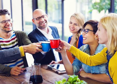 personas reunidas: Grupo de personas de multi-�tnicas celebrando su nuevo negocio de puesta en marcha