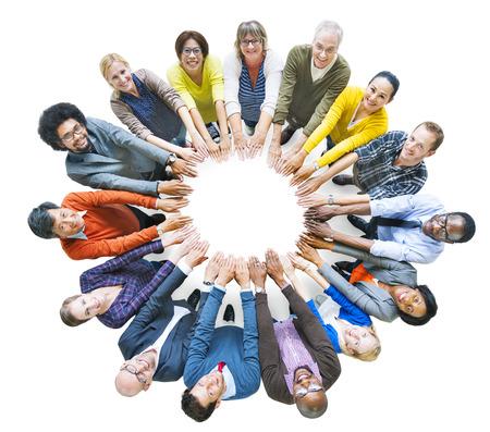 circulo de personas: Grupo diverso multiétnico de la gente en círculo