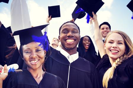 birrete de graduacion: Estudiantes Internacionales diversos que celebran la graduaci�n