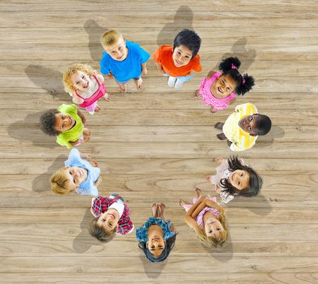 circulo de personas: Grupo de Multietthnic Ni�os Mirar hacia arriba Foto de archivo