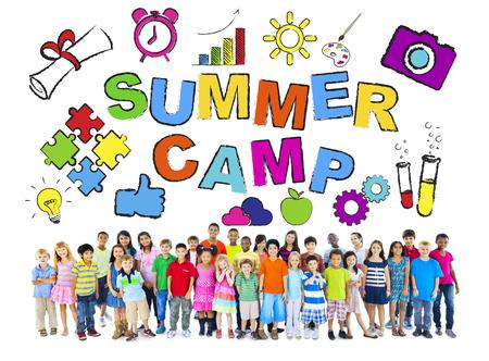 campamento de verano: Grupo multi�tnico de ni�os con Conceptos Summer Camp