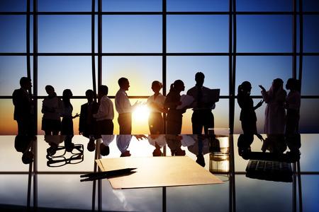 administrativo: Siluetas de los empresarios que trabajan en la sala de juntas