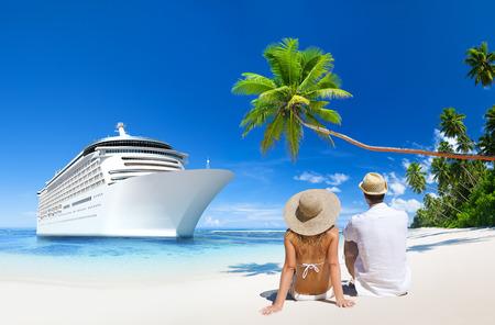愛のカップルは、ビーチに座っています。