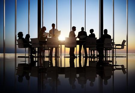 informe comercial: La gente de negocios que trabajan en la sala de conferencias
