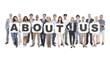 business support: Groep van multi-etnische groep van Business mensen Holding Placards Vormen Over ons