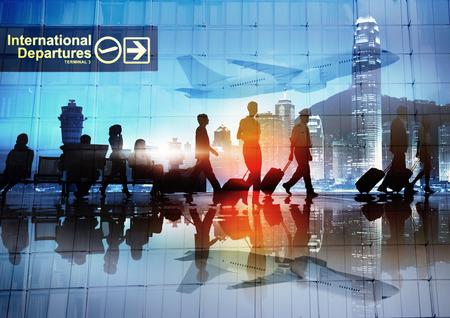 piloto: Siluetas de hombres de negocios a pie en un aeropuerto Foto de archivo