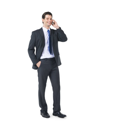Een vrolijke zakenman met behulp van zijn telefoon in een witte achtergrond