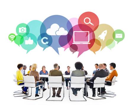 interaccion social: Gente multi�tnicos en una reuni�n con los s�mbolos de medios sociales Foto de archivo