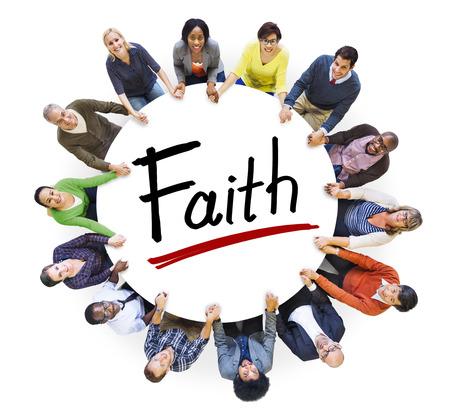 Multi-etnische groep van mensen hand in hand en Faith Concept