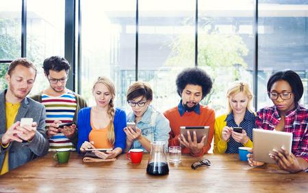 카페에서 사람들 Socail 네트워킹의 다민족 그룹 스톡 콘텐츠