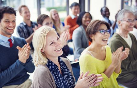 Groupe de personnes multiethnique Enthousiaste Applaudir Banque d'images - 28863364