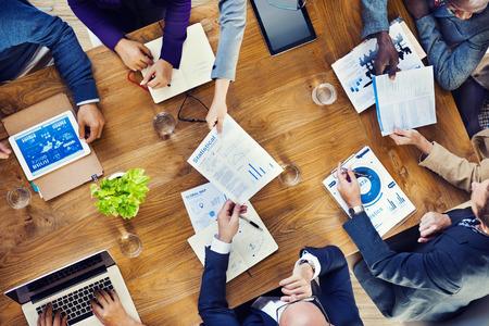conferentie: Groep van multi-etnische Drukke Mensen werken in een kantoor