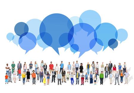 Grote groep multi-etnische mensen van spraak bubbels
