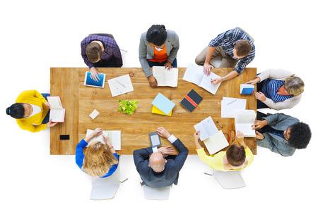 Groep van Busienss Mensen noten lezen op een Lijst van de Vergadering Stockfoto