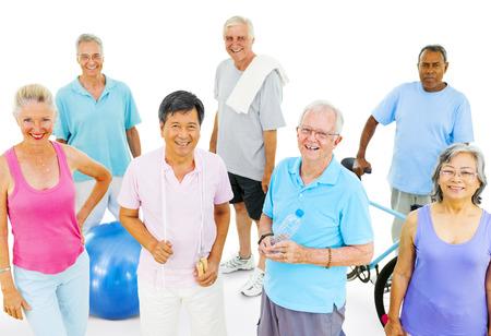 hombres haciendo ejercicio: Adultos mayores que ejercitan Foto de archivo
