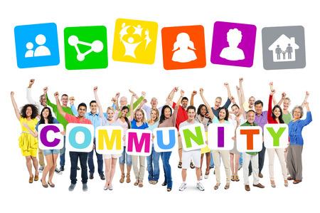 Multi-etnische groep van mensen die kartonnen vormen gemeenschap en aanverwante symbolen boven