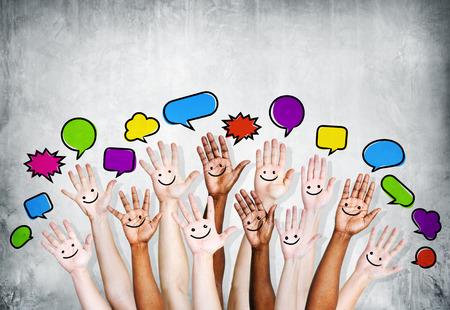 Multiethnische Leute Arme mit Sprechblasen und Lächeln Symbol angehoben Standard-Bild - 28911792