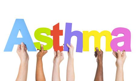 asthma: Verschiedene H�nde halten das Wort Asthma