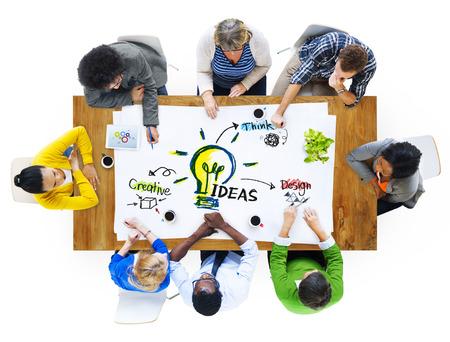 pensamiento creativo: Grupo multiétnico de personas Ideas Planificación Foto de archivo