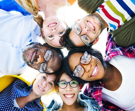 ležérní: Skupina multietnické neformální lidí s jejich hlavy dohromady Zobrazuji Přátelství