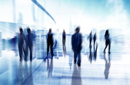 Silhouettes de gens d'affaires en Mouvement flou marche Banque d'images - 29160610