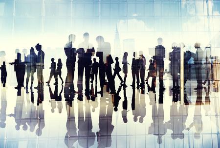 business administration: Siluetas de hombres de negocios que trabajan en una oficina